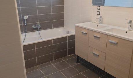 Création de salle de bain moderne par plombier à Chabons